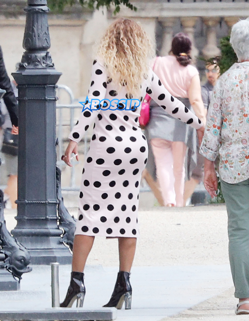Beyonce & Jay-Z Lunch In Paris With Their Daughter
