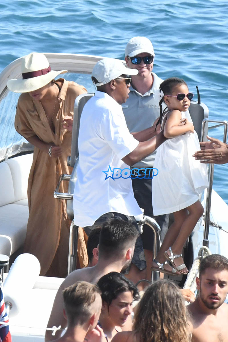 AKM-GSI Beyonce Jay-Z Blue Ivy Carter Julius De Boer Capri Italy Boat Sunglasses black and white cut out swimsuit cleavage sunhat