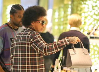 Secure The Man-Bag Alert: Kaption This Picture Of Kylie Jenner Kastoff Kaught Purchasing Prada Purse