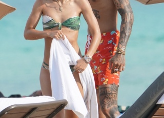 Kyle Oubre Jr. and girlfriend Makena Martine enjoy a Miami beach day