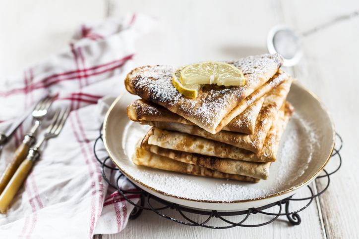 Crepes with icing sugar and lemon