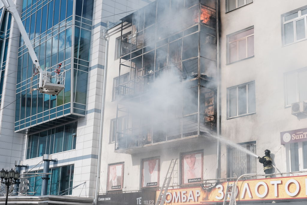 Fire hits apartment building in Yekaterinburg, Russia