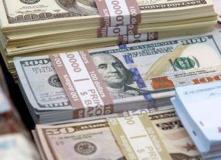 Souvenir banknotes of 100 US dollars and 50 US dollars...