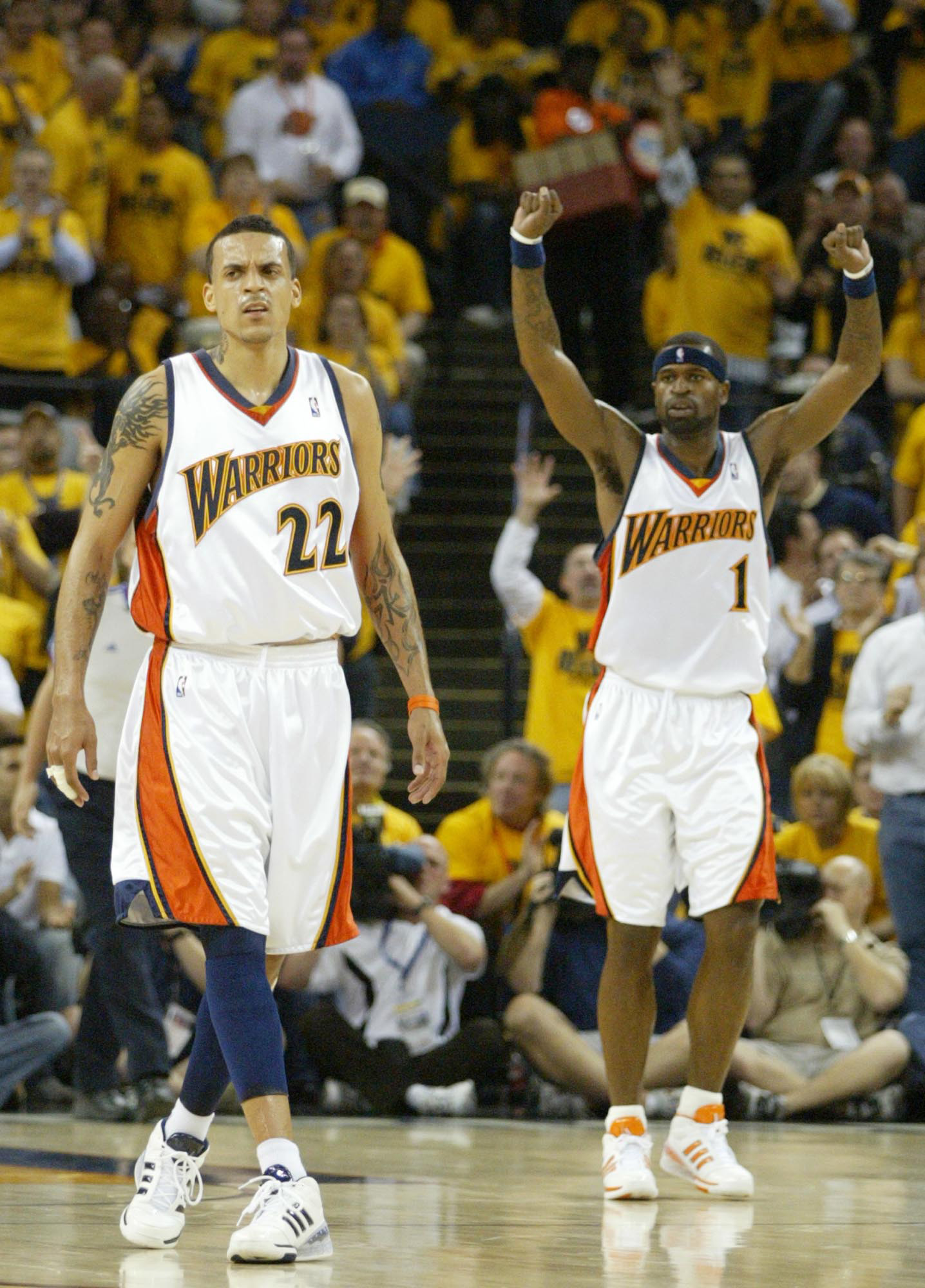 Matt Barnes and Stephen Jackson react to a second half score in game six of the NBA Playoffs at the Oracle in Oakland, California on Thursday, May 3, 2007.(Anda Chu/The Oakland Tribune)