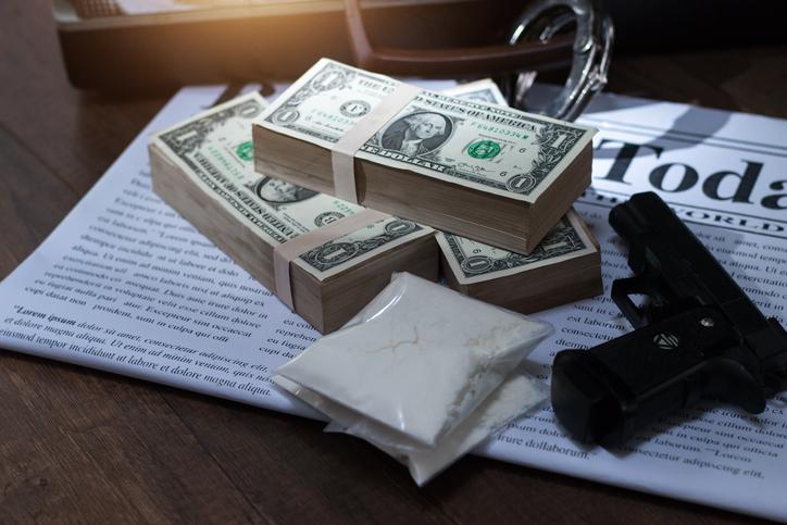 Drug trafficker,Drug addict buying narcotics and paying,heroin